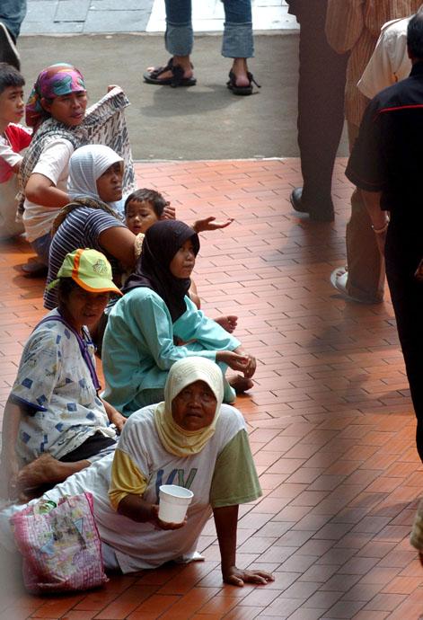 Sejumlah peminta-minta berjajar di halaman masjid Istiqlal, Jakarta